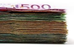 Le euro fatture differenti sono sparse fuori su una tavola sotto forma di a Immagine Stock