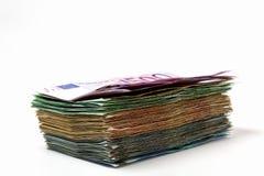 Le euro fatture differenti sono sparse fuori su una tavola sotto forma di a Fotografia Stock