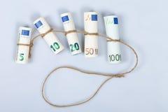 Le euro fatture più usate per gli europei legati con una corda e un isolante Fotografia Stock Libera da Diritti