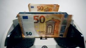 Le euro fatture stanno calcolande aromaticamente video d archivio
