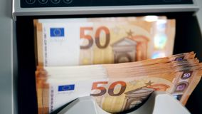 Le euro fatture stanno ottenendo calcolate dentro di una macchina archivi video