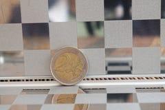 Le euro monete in specchio riflettono le bugie del portafoglio sulla denominazione di bambù di legno del fondo della tavola è eur fotografia stock libera da diritti