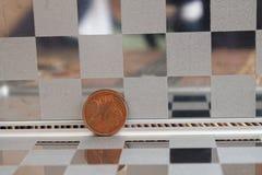 Le euro monete in specchio riflettono le bugie del portafoglio sulla denominazione di bambù di legno del fondo della tavola è cen fotografie stock libere da diritti