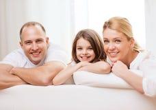 Le föräldrar och lilla flickan hemma arkivbild