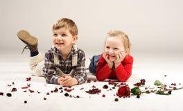 le för 4 ungar Arkivbild