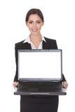 le för affärskvinnaholdingbärbar dator Royaltyfri Foto