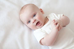 le för babyansikte Arkivbilder