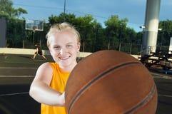 le för basketflicka som är tonårs- Arkivfoton