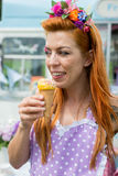 Le för blommahuvudbindel för vit dam bärande hållande glass royaltyfri bild