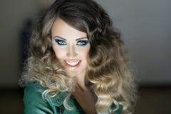 Le för brunettskönhet Arkivfoton