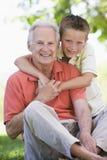 le för farfarsonson Arkivbilder