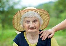 le för farmor Arkivbild