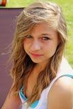 le för flicka som är tonårs- Arkivfoto