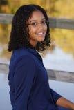 le för flickastående som är tonårs- Fotografering för Bildbyråer