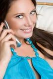 le för flickatelefon Royaltyfri Bild