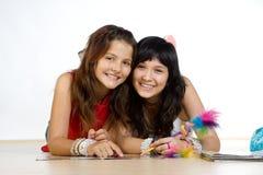 le för flickor som är tonårs- Fotografering för Bildbyråer