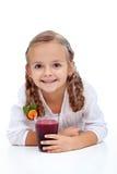 le för fruktsaft för ny fruktflicka lyckligt Royaltyfri Fotografi