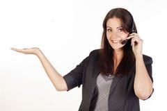 le för hörlurar med mikrofonoperatör Arkivfoton