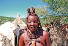Le för Himba kvinna Arkivfoto