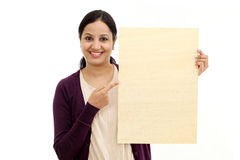 Le för innehavmellanrum för ung kvinna det wood arket Royaltyfria Foton