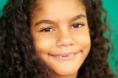 Le för kvinnligt barn för nätt ung Latina flicka gulligt latinamerikanskt royaltyfria foton