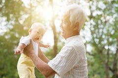 Le för morförälder och för barnbarn Fotografering för Bildbyråer