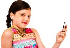 le för musik för flicka lyssnande Arkivfoton