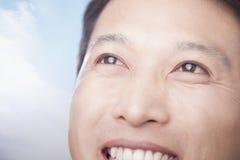 Le för närbild och lyckliga mans framsida Arkivfoton