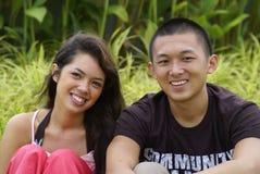 le för parperson som tillhör en etnisk minoritet arkivfoto