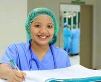 le för sjuksköterska Arkivbilder