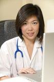 le för sjuksköterska Arkivfoto