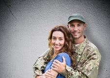 le för soldat och för fru tät betong som skjutas upp väggen arkivfoto