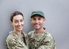 le för soldatpar tät betong som skjutas upp väggen royaltyfri foto