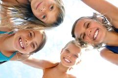 le för stående för barnvänner lyckligt utomhus- fotografering för bildbyråer