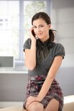 le för telefon för attraktiv flicka mobilt Arkivfoto