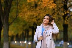 Le för ung kvinna som är utomhus-, och bakgrund för nedgånggulingträdgård Royaltyfria Foton