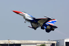Le F-16 décollent Image libre de droits