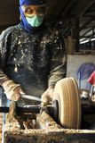 Le fabricant de Kompang - instrument de musique traditionnel malais Images stock