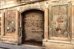 Le facciate delle costruzioni molto hanno guastato nel centro storico di Orti Immagini Stock