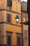 Le facciate di vecchia pietra medioevale alloggia Roma Italia Immagine Stock