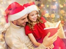 Le fader- och dotterläseboken Arkivfoto