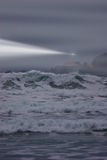 Le faisceau de phare coupe le brouillard une soirée orageuse photos stock
