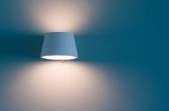 le faisceau lumineux orange de la lampe sur le fond bleu de papier peint Photos libres de droits