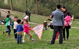 Pengzhou, Cina: Famiglie che pilotano aquilone Fotografie Stock Libere da Diritti