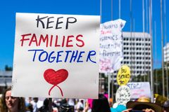 Le famiglie del ` appartengono insieme segno del ` sollevato davanti al San Jose City Hall Immagini Stock Libere da Diritti