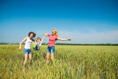 Le famiglie hanno divertimento nel campo Immagine Stock Libera da Diritti