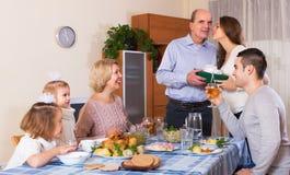 Le familjemedlemhälerigåva Fotografering för Bildbyråer