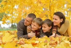 Le familjen i höstskog Arkivbild