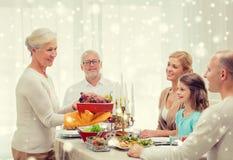 Le familjen som har feriematställen hemma royaltyfri fotografi