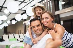 Le familjen som phographing sig i kafé royaltyfri foto